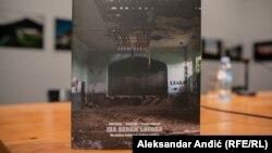 """Naslovna strana knjige """"Iza sedam logora"""" na kojoj je Dom kulture u Pilici"""