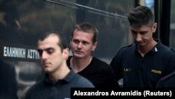 Александра Винника конвоируют в суд в Салониках