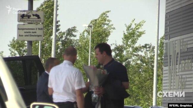 Із VIP-терміналу вийшов незнайомий чоловік із квітами і привітався з водієм «Мерседеса»