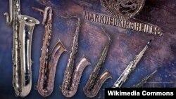 Саксофоны. Слева направо: басовый, баритоновый, теноровый, альтовый, сопрано, сопранино