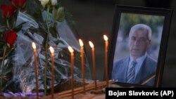 Lule dhe qirinj janë vendosur pranë një fotografie të politikanit të vrarë serb, Oliver Ivanoviq. Mitrovicë, 16 janar 2018