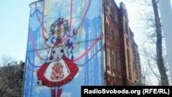 Мандрівний художник із Франції намалював у Харкові ляльку-мотанку