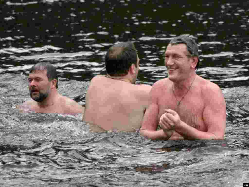 Ukraine -- President Viktor Yushchenko (R) takes a bath during the epiphany celebrations in a small lake in Kyiv, 19Jan2007 - Президент Ющенко та керівник Президентського секретаріату Віктор Балога купаються в Гідропарку. 19 січня 2007, Водохреща