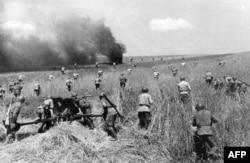 Советская пехота на одном из участков фронта войны с нацистской Германией