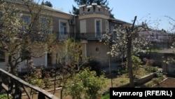 Краєвид на незвичайний будинок із вулиці Курської