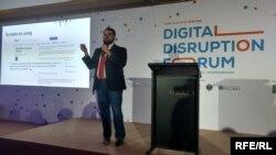 Ерон Шерокман під час виступу на Digital Disruption Forum, Київ, 3 квітня 2017 року