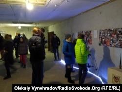 Посетители фестиваля рассматривают инсталляции