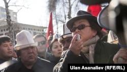 Роза Отунбаева выступает на митинге в поддержку Текебаева. 26 февраля 2017 года.