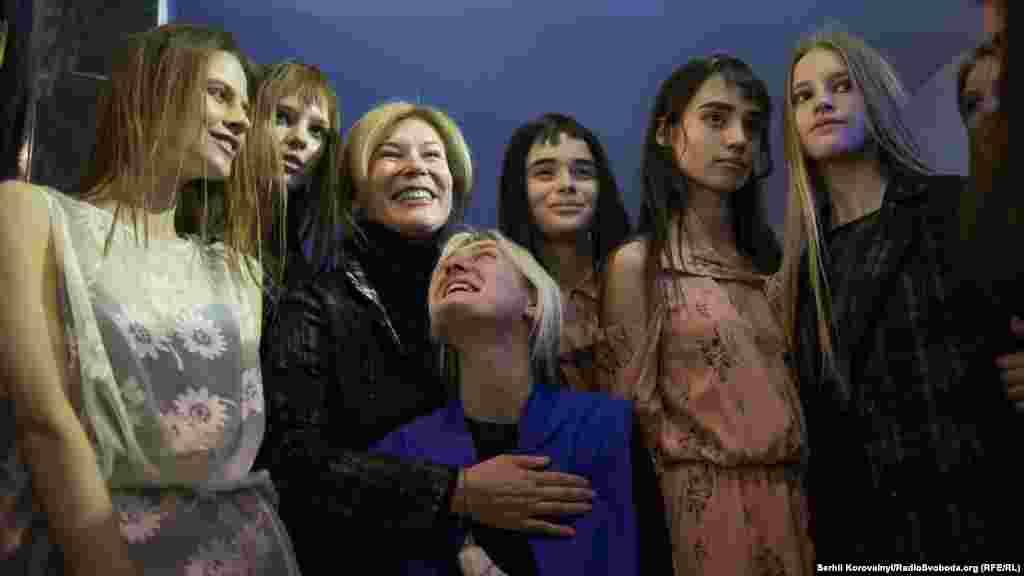 Лілія Пустовіт із моделями після успішного показу. Цього року українська дизайнер, успішна в усьому світі, відкривала Український тиждень моди