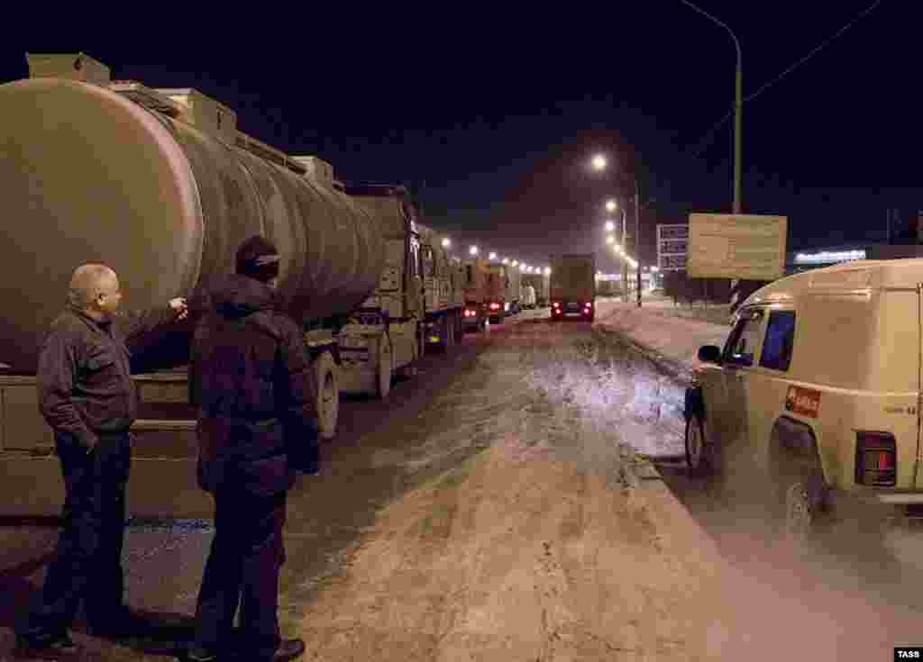 Heavy snowfall brought more than 4,000 trucks to a standstill on Russia's M10 motorway, which connects Moscow with St. Petersburg.