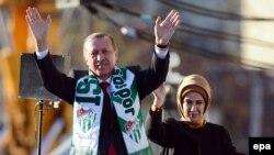 Премьер-министр Турции Реджеп Эрдоган и его жена Эмине на митинге сторонников в Бурсе