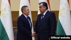 Заместитель премьер-министра Узбекистана Рустам Азимов (слева) и президент Таджикистана Эмомали Рахмон. Душанбе, 27 декабря 2016 года.