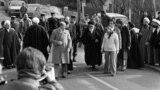 ۱۲ بهمن ۱۳۵۷؛ روحالله خمینی با همراهی یارانش محل اقامت خود را در نوفل لوشاتو برای بازگشت به ایران ترک میکند