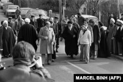 یکی از آخرین روزهای حضور آیتالله خمینی در فرانسه؛ او اصرار داشت که شاه باید برود