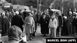 აიათოლა რუჰოლა ხომეინი ტოვებს თავის ვილას საფრანგეთში და თეირანში გასამგზავრებლად ემზადება. 1979 წლის 31 იანვარი.