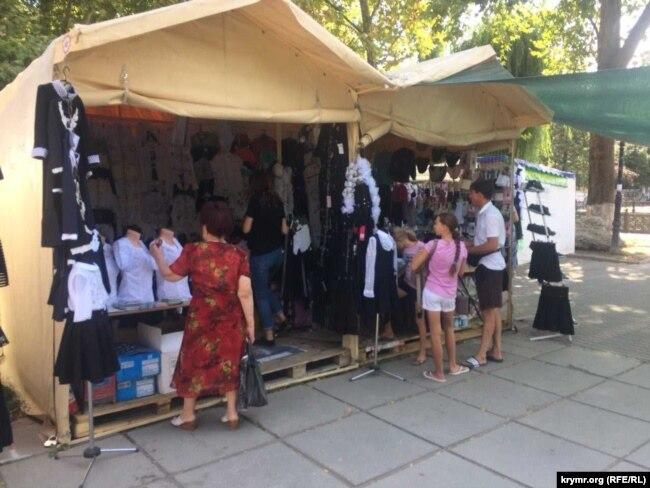 Школьные комплекты на ярмарке в Симферополе