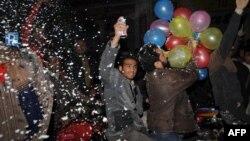 Молодые пакистанцы празднуют Новый год в Лахоре.