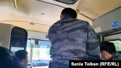 Сотрудники полиции в автобусе. Кадр из трансляции репортера Азаттыка Сании Тойкен. Нур-Султан, 9 июня 2019 года.