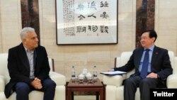 چانگ هوا، سفیر چین در ایران (راست) در دیدار با حمید عربنژاد مدیرعامل هواپیمایی ماهان.