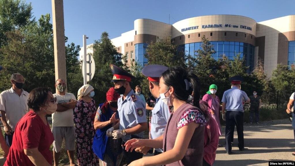 Жители микрорайона Самал-3, выступающие против передачи школы под медучреждение, и сотрудники полиции. Шымкент, 28 июня 2020 года.