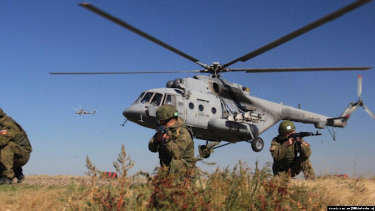 Более десяти российских вертолетов провели над оккупированным Крымом боевые учения
