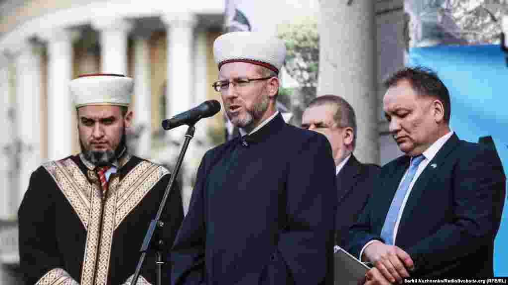 Ukrainian Muslim leader, Mufti Said Ismagilov, leading prayers for Akhtem Chiygoz.