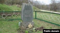 1943 senesi dekabr ayında Ulu-Sala köyünde yaqılğan sakinlerniñ hatıra abidesi