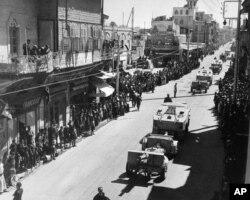 رژه نظامی متفقین در خیابانهای حلب در ۱۹۴۲؛ اخوانالمسلمین تنها چند سال قبل در این شهر پا گرفته بود.