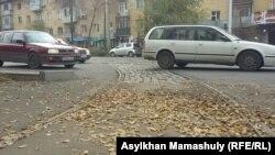 Опавшая листва на трамвайных рельсах в Алматы. 12 ноября 2015 года.