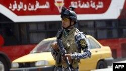 أحد عناصر الشرطة العراقية في نقطة تفتيش ببغداد