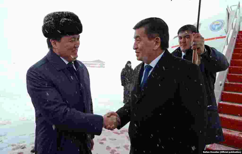Аны Астана шаарындагы эл аралык аэропортто ардактуу кароолдун коштоосунда Казакстандын вице-премьер-министри Аскар Мамин тосуп алды.