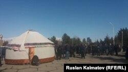 Базар-Коргон райондук акимчилигинин алдында боз үй тигилди. 27-февраль, 2017