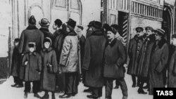 Жители Петрограда читают первые декреты Советов, 1917