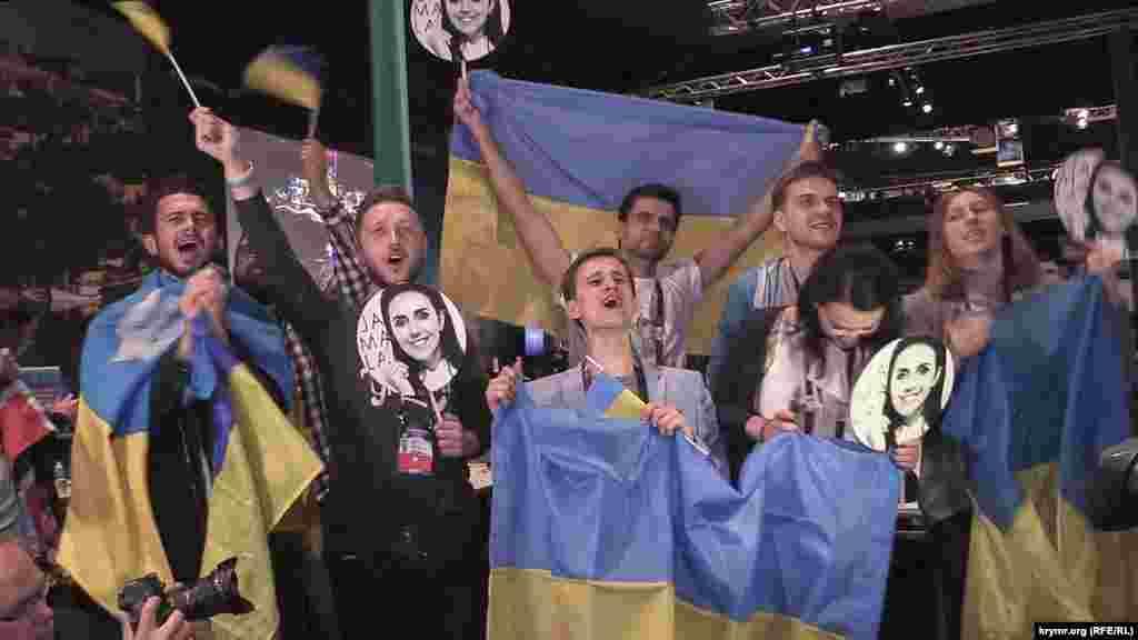 А во время самого выступления певицы журналисты самых разных СМИ выстроились в цепочку, созданную из украинских флагов, чтобы спеть припев песни «1944» на крымскотатарском языке. Ни у одного исполнителя не было столь сильной поддержки в пресс-центре