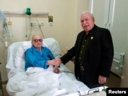 Примирение старых противников: Лех Валенса посещает Войцеха Ярузельского в больнице, 2011 год