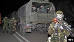 Українські полонені у вантажівці бойовиків на місці обміну