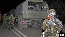 Ուկրաինա - Ռուսամետ անջատականները ուկրաինական բանակի գերված զինծառայողներին տանում են փոխանակելու, դեկտեմբեր, 2014թ․