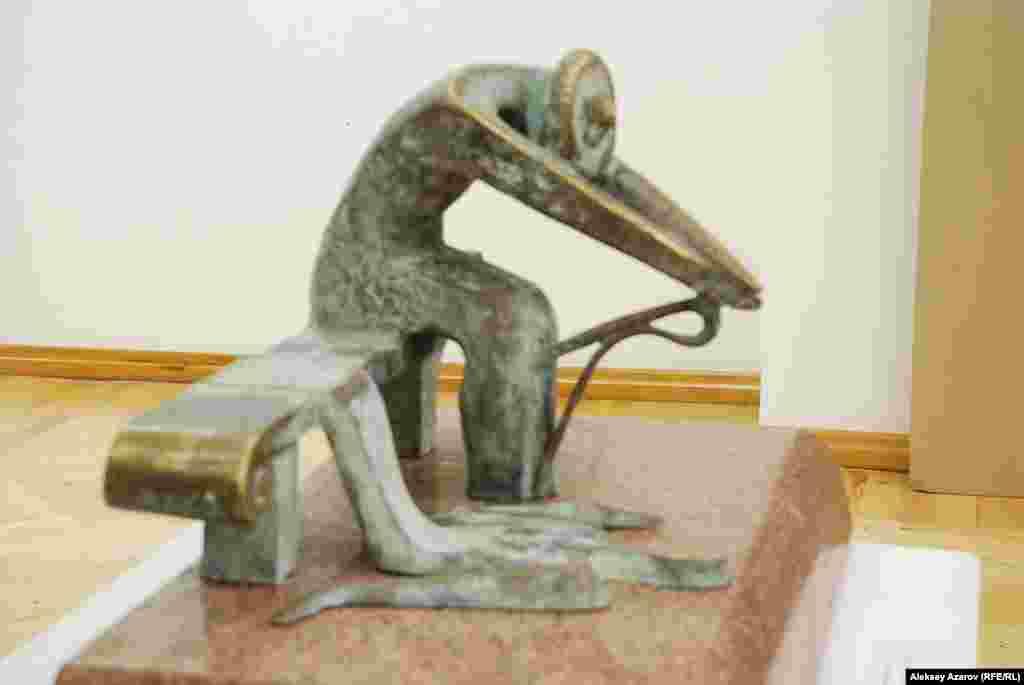 Источником сюжета скульптуры «Горе Карахана» стала известнаяказахская легенда о батыре Карахане и его возлюбленной Айше-Биби,погибшей от укуса ядовитой змеи.