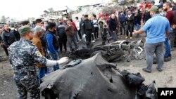 Іракські сили безпеки оглядають обгорілий автомобіль на місці вибуху в районі Мадінат-ас-Садр у Багдаді, 2 січня 2017 року