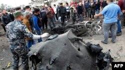 Իրաք - Պայթյունի հետևանքով այրված ավտոմեքենայի բեկորները, Բաղդադ, 2-ը հուլիսի, 2017թ.