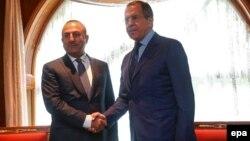 Министр иностранных дел России и Турции - Сергей Лавров (справа) и Мевлют Чавушоглу (архив)