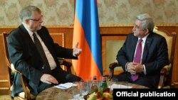 Спецпредставитель ЕС по вопросам Южного Кавказа и кризиса в Грузии Герберт Залбер (слева) и президентАрмении Серж Саргсян, Еркван, 27 января 2016 г.