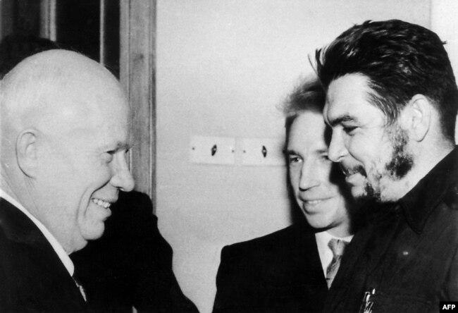 Эрнесто Че Гевара (справа) приветствует Никиту Хрущева. Гавана, Куба, январь 1962 года