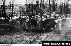 Ravensbrük-də əsir qadınlar fiziki iş zamanı
