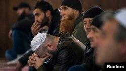 Крымские татары в мечети города Бахчисарай. Украина, 7 марта 2014 года.