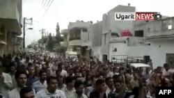 تصویری برگرفته از ویدئویی در یوتیوب منتسب به راهپیمایی اعتراضی روز جمعه مردم سوریه در شهر حمات