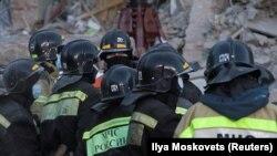 Сотрудники МЧС России на месте обрушения в Магнитогорске. 3 января 2018 года.