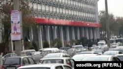Автомобили на дорогах Ташкента, архивное фото.