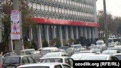 Автомобили на улицах Ташкента.