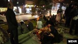 Disa persona duke qëndruar jashtë shtëpive pas dridhjeve të tërmetit, foto ilustruese.